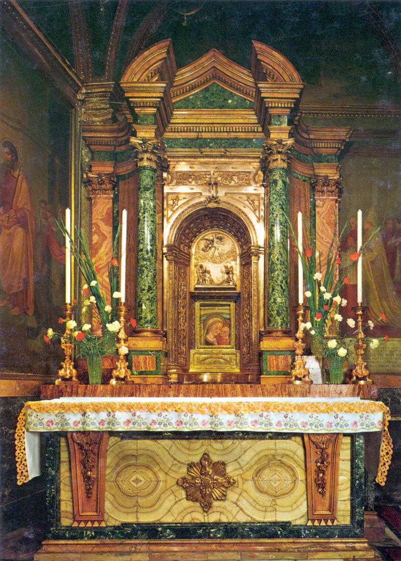 A sagrada Imagem em seu magnífico altar
